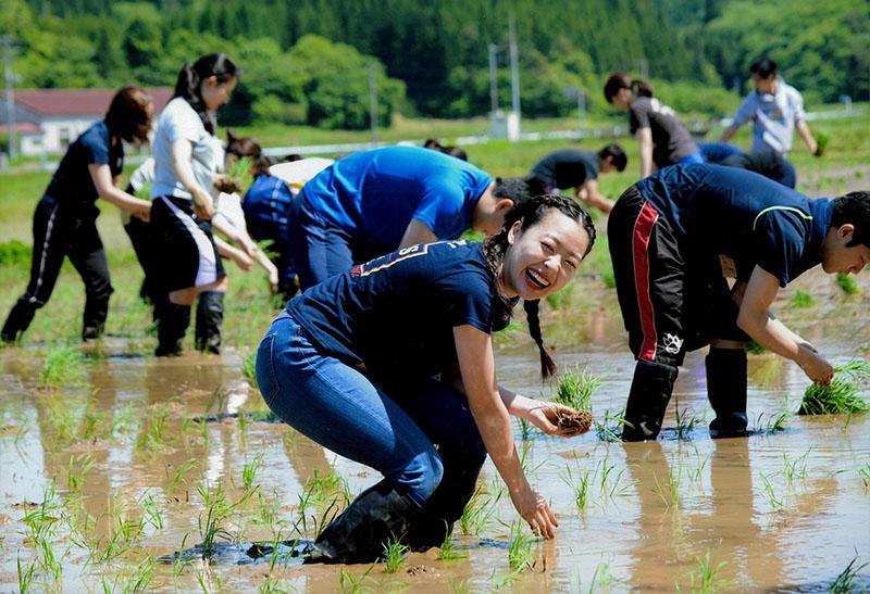 まっすぐ植えられるかなー。河村 聖允(秋田市)